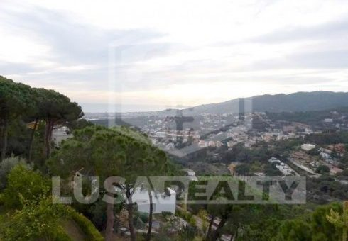 House with a plot 2140 m2 and sea views in Cabrils | 1