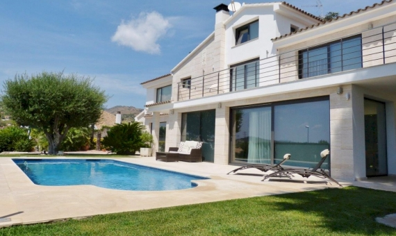 Premium villa with pool and sea view 900 m away from the beach in Alella | 3