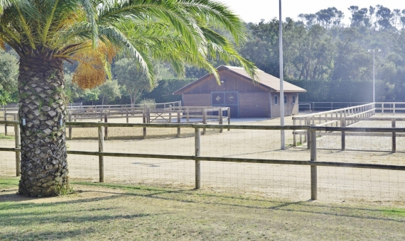 Exclusive country-house with horse stables | 1