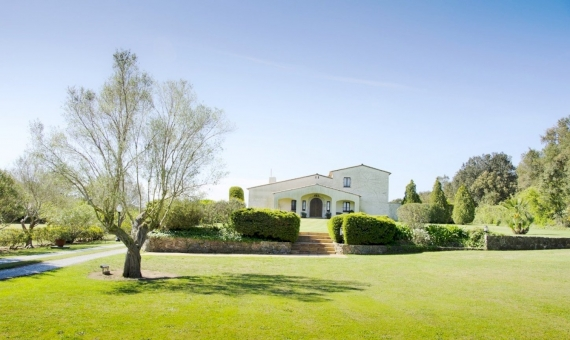 - Exclusive country-house with horse stables