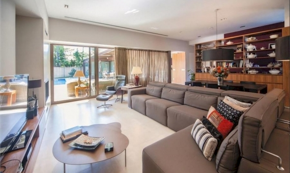 Stunning villa on a large plot of 1000 m2 close to the beach in Castelldefels | 1