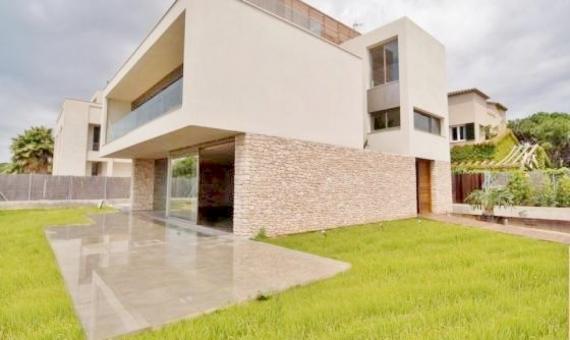 - Вилла в стиле модерн на первой линии моря в Гава Мар