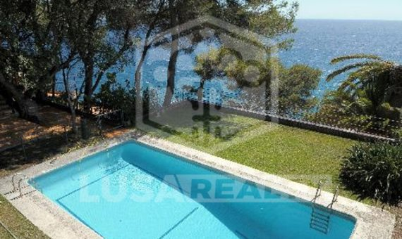 - Villa 540 m2 in the first sea line