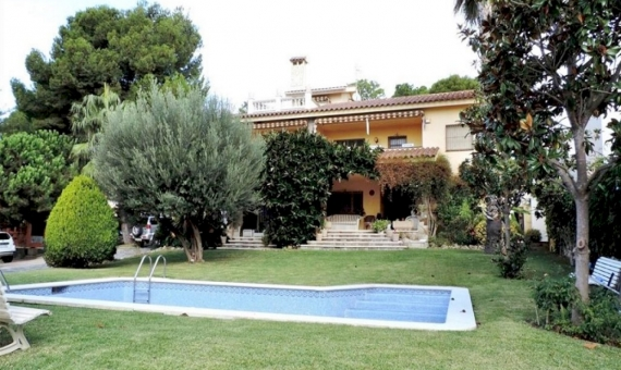 - Villa with sea views on a large plot with swimming pool on sale in Segur de Calafell