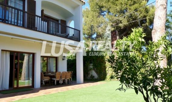 Семейный дом с бассейном в 400 м от пляжа и в 1 км от Британской школы в Кастельдефельсе | 1