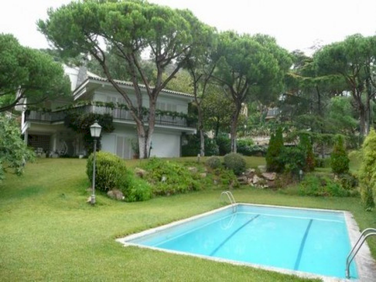 House on a plot of 2.400 m2 with a big garden