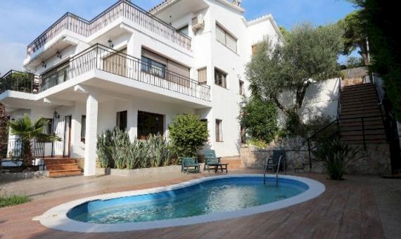 - Вилла 300м2 с бассейном и видом на море в Ллорет де Мар