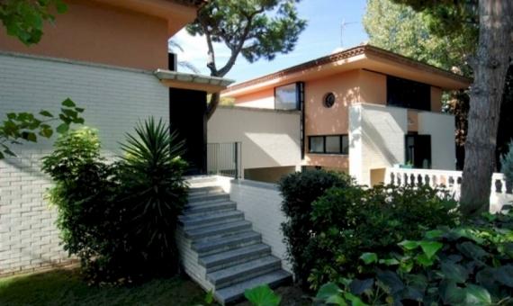 Дом на участке 1047 м2 с бассейном садом в Кастельдефельсе | 1