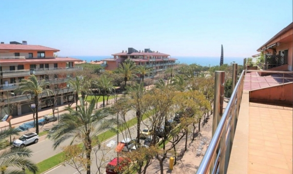 - Penthouse with lateral sea view and a terrace of 80 m2 in Gava Mar