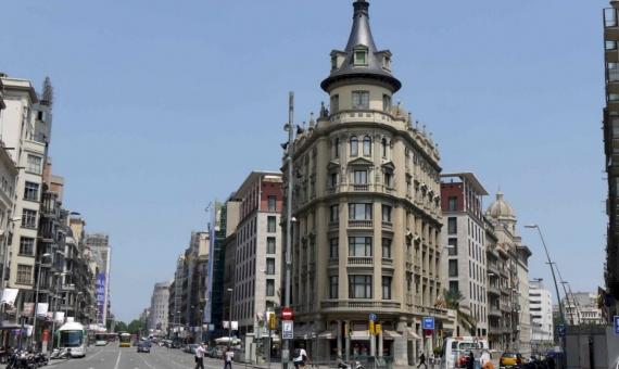 - Local comercial espasioso en alquiler cerca de Plaza Catalunya