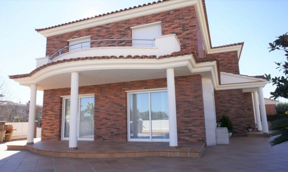 - Magnificent new house only 1 km from the beach in Calafell