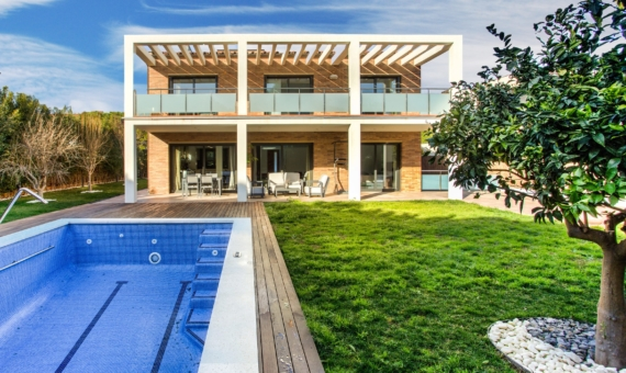 Modern villa with 5 beds and pool on rent close to the beach | 1