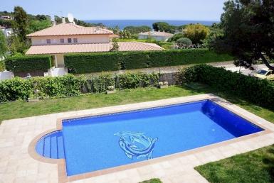 Exclusive villa in the guarded urbanization of La Gavina with sea views