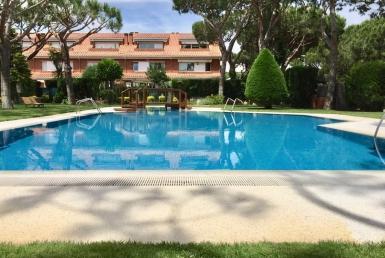 Приватный таунхаус с большим садом и бассейном в Гава Мар