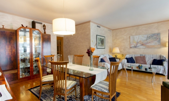 Apartamento de cinco habitaciones con una gran área en el centro de Barcelona | image-3-570x340-jpg