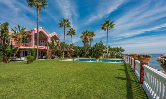 Villa in Estepona, Marbella, 832 m2, garden, pool, parking -