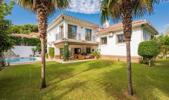 Villa en Marbella Este, 450 m2, jardin, piscina, aparcamento -