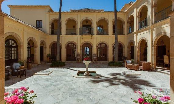 Вилла в Эстепоне, Марбелья, 1000 м2, сад, бассейн, парковка -