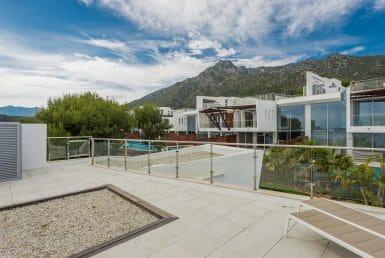 Городской дом в районе Золотая Миля, Марбелья, 845 м2, сад, бассейн, парковка
