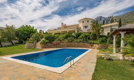 Вилла в районе Золотая Миля, Марбелья, 1234 м2, сад, бассейн, парковка -