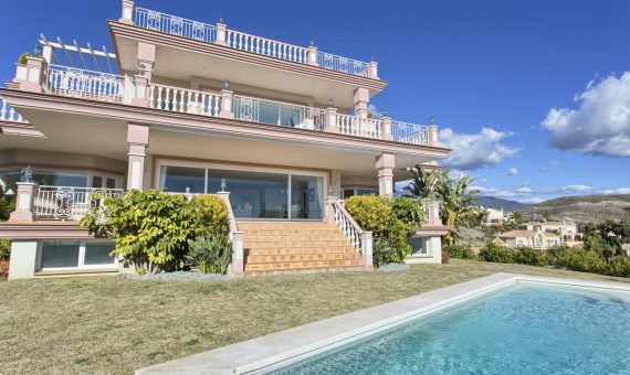 Villa in Benahavis, Marbella, 768 m2, garden, pool, parking -