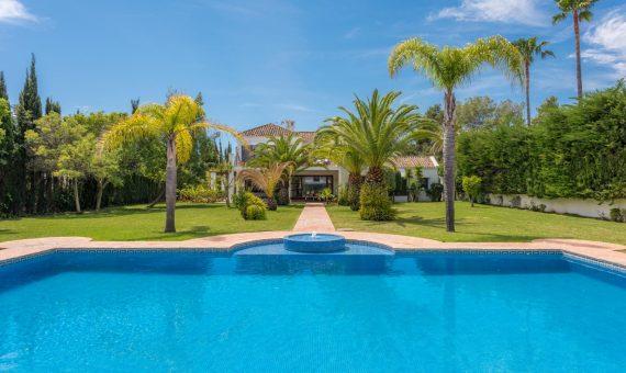 Villa en San Pedro de Alcantara, Marbella, 750 m2, jardin, piscina, aparcamento -