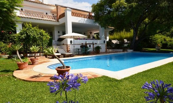 Villa in Marbella Golden Mile, 580 m2, garden, pool, parking -