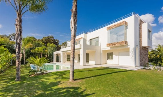 Villa in Estepona, Marbella, 900 m2, garden, pool, parking -