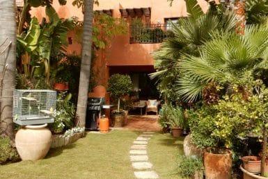 Дом в районе Золотая Миля, Марбелья, 290 м2, сад, бассейн, парковка
