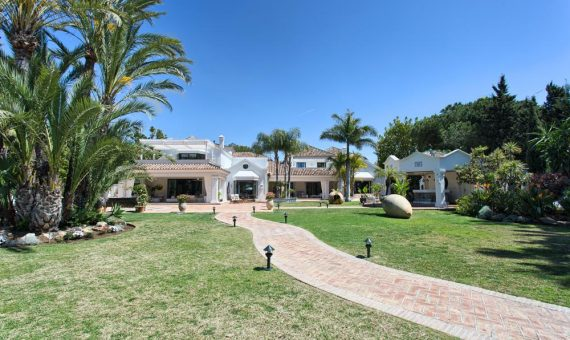 Villa in San Pedro de Alcantara, Marbella, 1305 m2, garden, pool, parking -