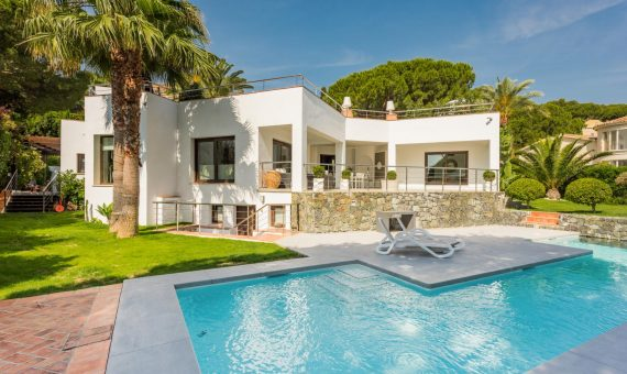 Villa en Nueva Andalucía, Marbella, 246 m2, jardin, piscina, aparcamento -