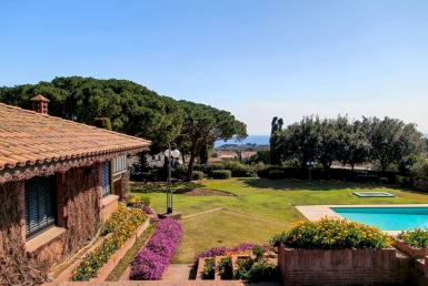 Design villa with a huge garden in Sant Andreu de Llevaneres - image-12