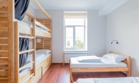 For sale hostel plus restaurant with tenant in Barcelona | shutterstock_696168130-570x340-jpg