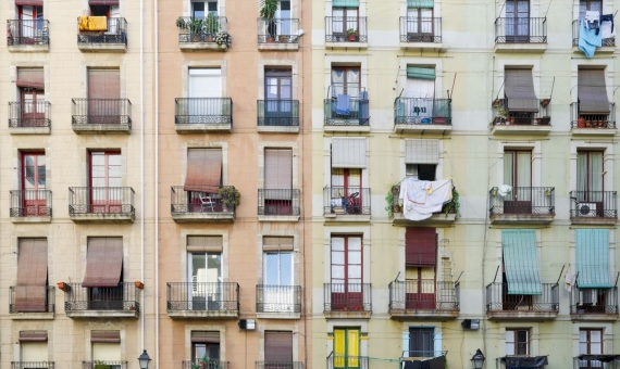 Building of 1100 m2 for sale in the center of Barcelona | shutterstock_134236247-570x340-jpg