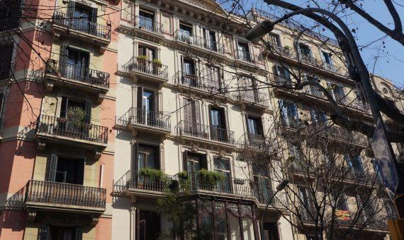 Продажа здания 1100 м2 в центре Барселоны | shutterstock_1368545648-570x340-jpg
