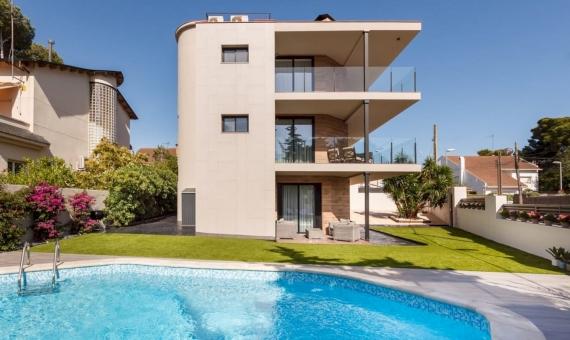 Современный дом с бассейном в Кастельдефельс | 2