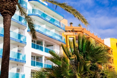 Hotel with 167 rooms 2 minutes from the beach - shutterstock_1034528626