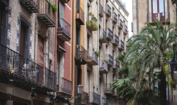 Building with 14 apartments in El Born, Barcelona | shutterstock_1295932783-570x340-jpg
