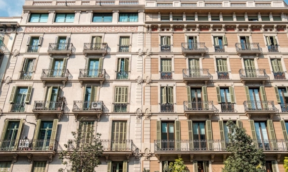 - Building in the center of Barcelona with tourist licenses