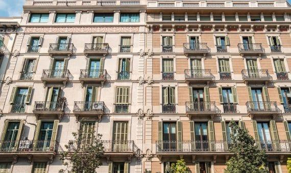 Building with 14 apartments in El Born, Barcelona | shutterstock_1357846484-570x340-jpg
