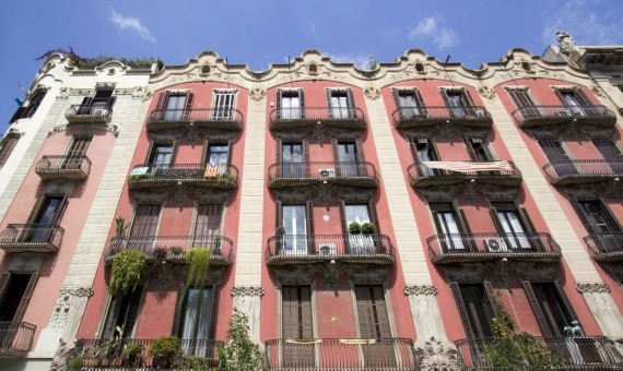 Building of 1.770 m2 in Eixample, Barcelona | shutterstock_612807272-570x340-jpg