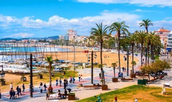 Edificio en primera línea de mar en Sitges, Costa Garraf   shutterstock_397825213-570x340-jpg