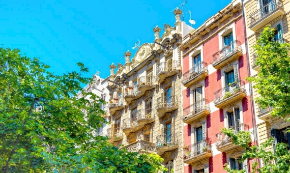 Restored building in La Barceloneta area | shutterstock_1491870179-1-570x340-jpg