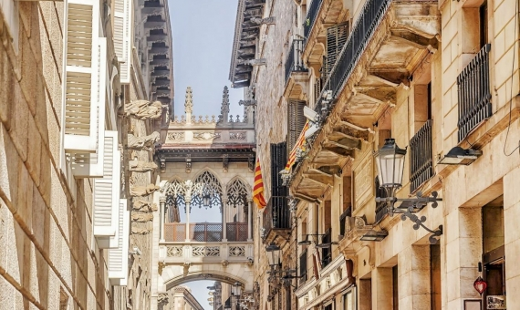 Renovated building in the historic center of Barcelona | shutterstock_544196986-570x340-jpg
