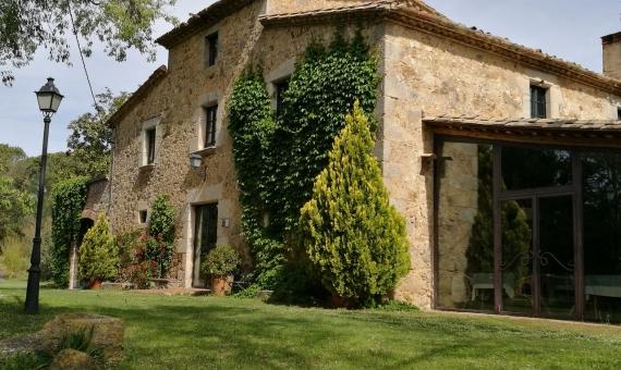 Masia catalana del siglo XVIII con el bosque y lago en el interior de la Costa Brava | img_20170505_105745-570x340-jpg
