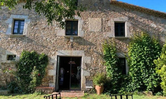 18th century Catalan Masia with forest and lake in the interior of Costa Brava | 2