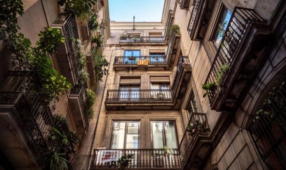 Здание 911 м2 в старом городе Барселоны | low-angle-photography-of-brown-building-2379980-570x340-jpg