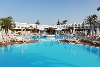4-star luxury hotel in the bay of Alcudia in Mallorca - rip-thorn-UBLyHJjesU4-unsplash