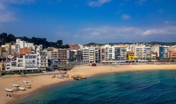 - Hotel to renovate on the seafront in Calella, Costa Maresme